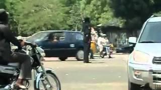 شرطي مرور في نيجيريا شاهد وابتسم