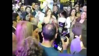 بوسي تشعل حفل الزفاف