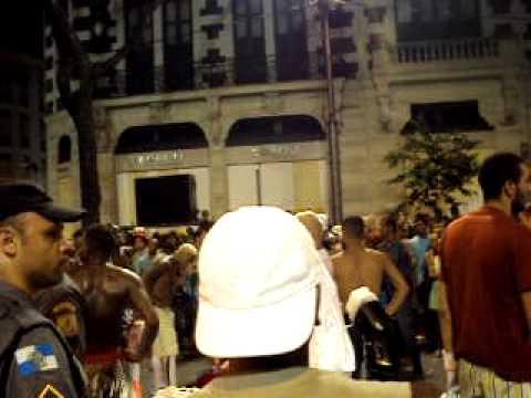 CONFUSÃO NO BLOCO DE CARNAVAL DEIXA BATE BOLA PELADOS NO CENTRO DO RIO DE JANEIRO