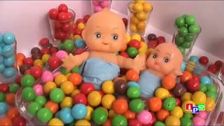 Baby Doll Bubble Gum Bathtime with Gum ball bath playing [Learn Colors Bubble Gum]