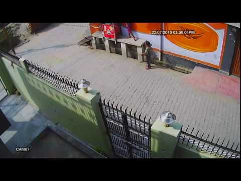 Xxx Mp4 Live Theft Chote Chor Challu Chor Caught On CCTV Camera Its Happen Only In India 3gp Sex