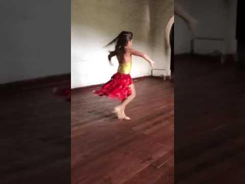 Niña bailando salsa sola diciembre 2016 Gaby Tovar