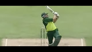 Shahid Afridi f*cks loudmouth Australia, 56* off 26 balls in 2004