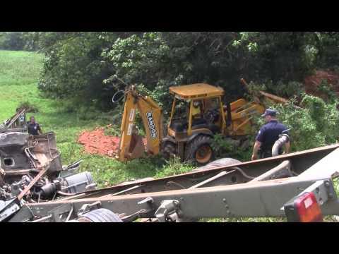 Acidente com caminhão deixa motorista preso nas ferragens em Santana de Parnaíba