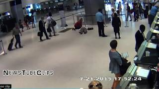 United Airlines Employee PUSHED a 71 Year Old Man To The Ground [HD VIDEO]
