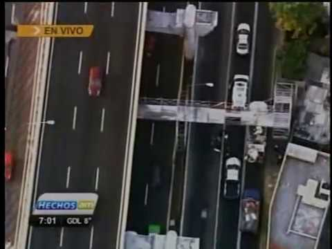 CAIDA DEL PUENTE PEATONAL EN TV. GRAVE ACCIDENTE EN VIVO TV AZTECA HELICOPTERO