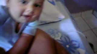 Bebê aprendendo a sentar com 6 meses.