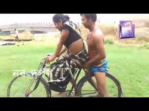 শাড়ি পড়া যুবাতী মেয়ের সাইকেল চালান শিখা
