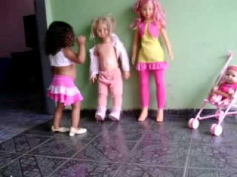 menina brincando com a boneca choque e stephany