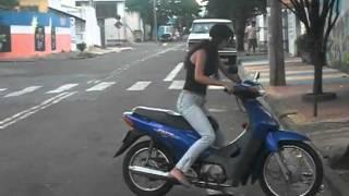 Menina bate com moto em muro