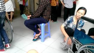 Co con dâu hiếu thảo bóp chân cho mẹ chồng