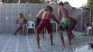 Gordinho escorregando na piscina