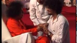 SATHYA SAI MATERIALISING RING TO SONU NIGAM.MPG