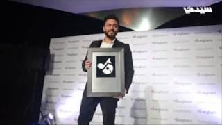 """تامر حسني أول نجم عربي يفوز بجائزة """"أنغامي"""""""