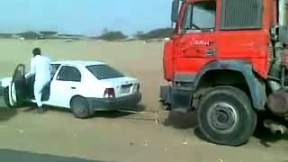 سيارة تويوتا صغيرة تسحب شاحنة