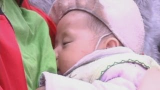 Kind woman breastfeeds baby who lost mother in China quake