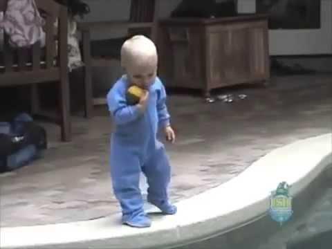 Câmera flagra bebê se jogando na piscina por causa da bolinha e para não morrer faz algo incrível