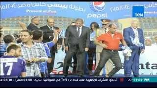 مساء الأنوار- علاء عبد الصادق يرفض مصافحة مرتضى منصور ومرتضى يلوح بيده عليه اثناء التتويج