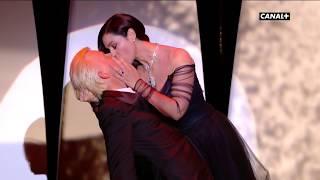 Torride baiser entre Monica Bellucci et Alex Lutz ! - Festival de Cannes 2017