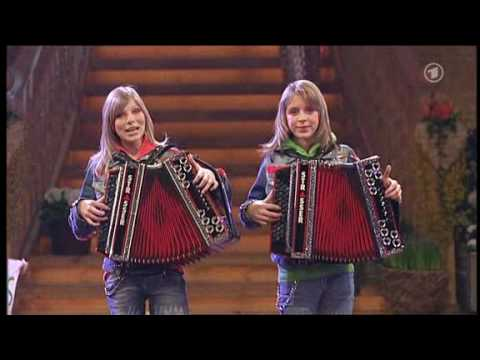 Die Twinnies Bayernmädels 2 Girls playing steirische harmonika on rollerskates