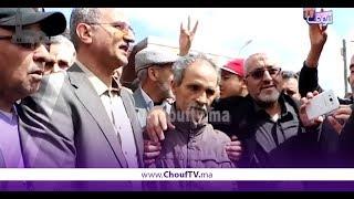 أول فيديو بعد خروج الأستاذ اللي ضرب التلميذة ديالو بخريبكة..شوفو العناق مع التلميذة