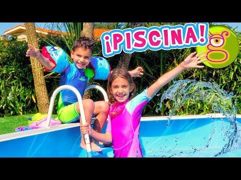Lara y Niko se bañan en la PISCINA con el Nenuco Nadador