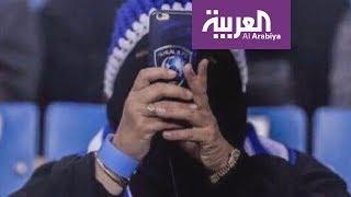 """سيدة سعودية.. """"أيقونة"""" دخول النساء للملاعب"""