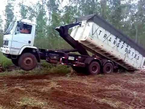 Caminhão traçado caçambão puxando mandioca