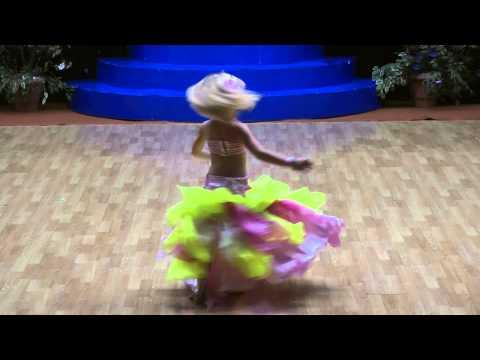 niña bailando arabe