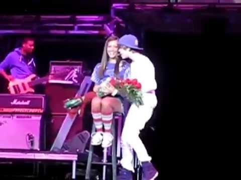 Justin Bieber saca a una niña en un concierto y le da un beso