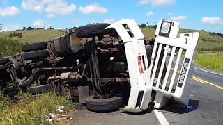 Scania 113 tombada na rodovia da morte BR-101