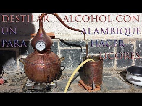 Destilar alcohol con un alambique para hacer licor casero.