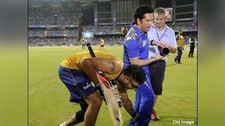 Yuvraj Singh touches Sachin Tendulkar's feet during MI vs SRH in IPL | Oneindia