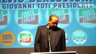 Berlusconi la caduta dal palco dopo il comizio