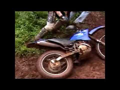 Só tombos quedas acidentes derapadas em trilhas de moto.