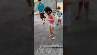 Menina de 6 anos dança funk pra caramba.