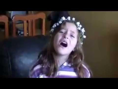 nena de 5 años cantando Te creo de Violetta de disney chanel