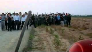 vietnam,Công an và côn đồ đánh người cướp đất của dân Văn Giang.