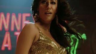 Chitrangada has crush on Akshay Kumar   Desi Boyz   Movie Scene
