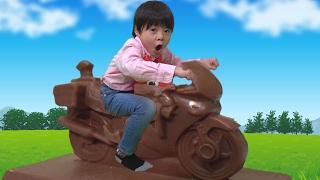 大きなチョコレート トミカ 白バイチョコに乗ってみた!! こうくんねみちゃん Giant Chocolate