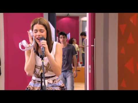 Violetta canta y recuerda a Tomás y León Podemos