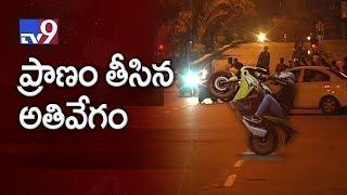 2 die as bike hits divider in Vijayawada - TV9