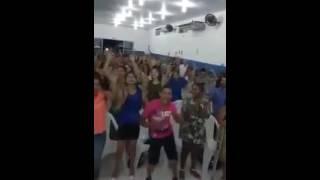 Homem dançando forró na igreja