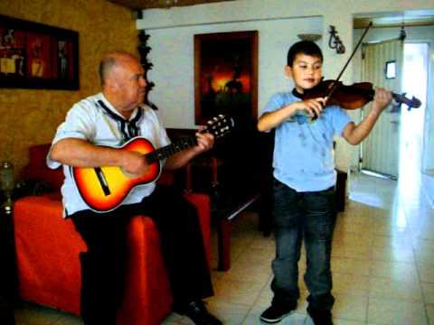 Kevin moliendo cafe violinista colombiano