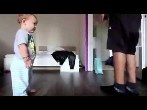 Pai ensina filho bebé a dançar Hip Hop