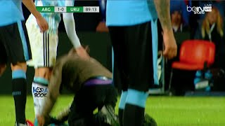 Fan runs to kiss Messi's foot during Argentina vs Uruguay 1-0
