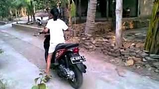 siput belajar naik motor
