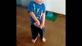 menino ensinando o oque mulher gosta