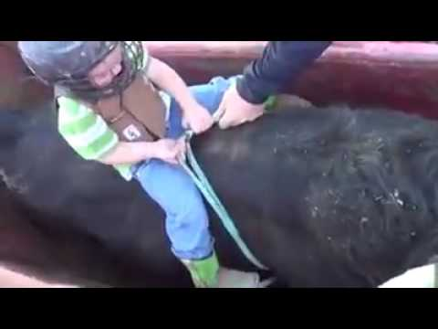 Rodeio criança desafia touro