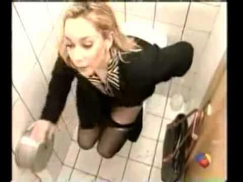 linda mulher fazendo xixi no banheiro comercial de humor muito engraçado